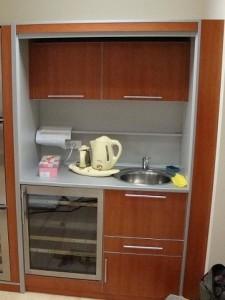 Офисная кухня с встроенной техникой