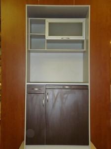 Темная кухня в офис с холодильником
