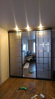 Встроенный зеркальный шкаф купе с узорами
