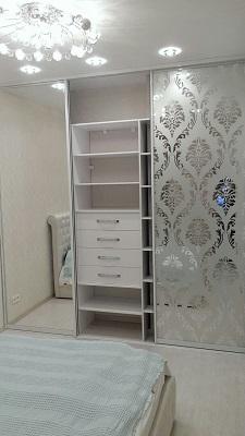 Встроенный зеркальный шкаф купе в спальню