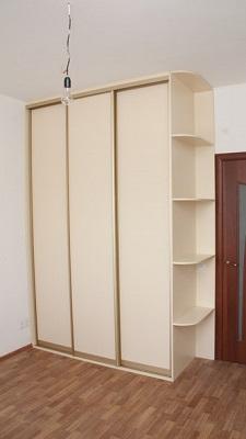 Трех дверный встроенный шкаф купе молочного цвета