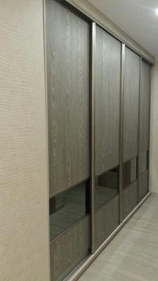 Встроенный четырехдверный шкаф купе в коридор