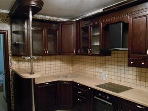 Кухня из массива с барной стойкой в классическом стиле