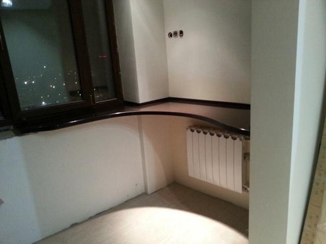 Балконный подоконник как барная стойка.