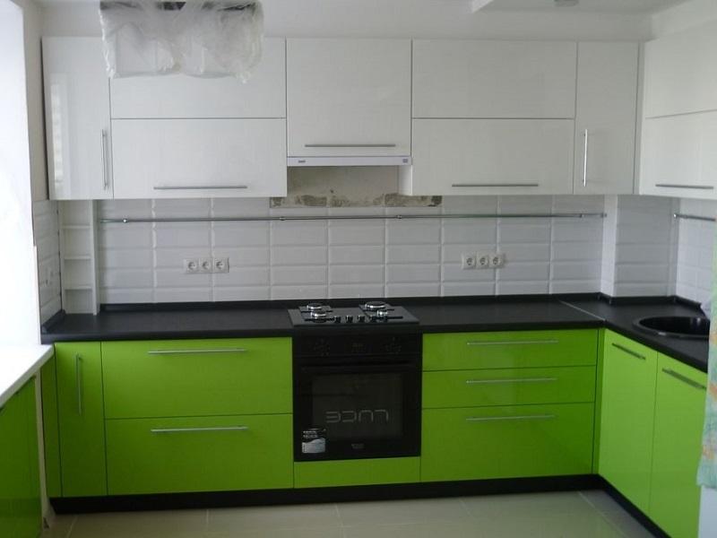 бело-зеленая кухня МДФ в пленке Эма