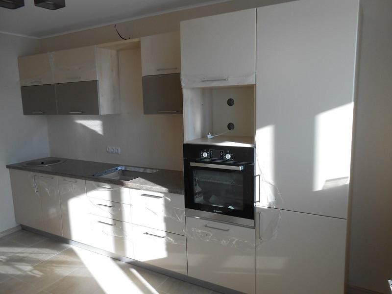 Прямая кухня встроенная с фасадами эмаль Тейси