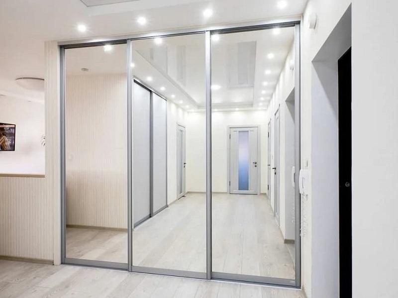 Зеркальные двери-купе в коридор профиль серебро