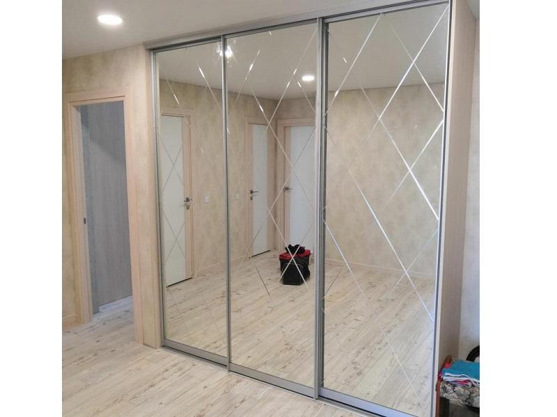 Зеркальные двери-купе с гравировкой ромбы