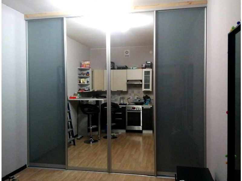 Зеркальные двери-купе с серым стеклом